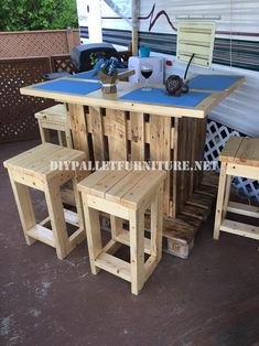 This small bar has been completely built with wooden pallets. Simple in design but perfectly functional, created from a pallet structure with a L shape,