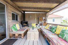 Zoals je kan zien is er veel plek in de Jungle Lodge veranda. Dit betekent dus vele avonden rond de buitenhaard.  #veranda #buitenhaard #interieur #stoerbuiten Outdoor Furniture, Outdoor Decor, Patio, Caravan, Home Decor, Decoration Home, Terrace, Room Decor, Porch