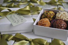 Caixa com 4 brigadeiros gourmet com tag personalizada. Lembrança do casamento de Clara e Thiago.