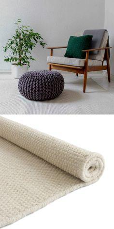 Unser Teppich Kolong wird von unseren Partnern in Indien unter zertifizierten Arbeitsbedingungen und mit viel Liebe zum Detail in Handarbeit verwoben. Die Kettfäden bestehen aus bester Baumwolle, während für die Schussfäden 100% robuste Schurwolle verwendet wird. Ein schöner Mix, der auch das Design maßgeblich prägt.
