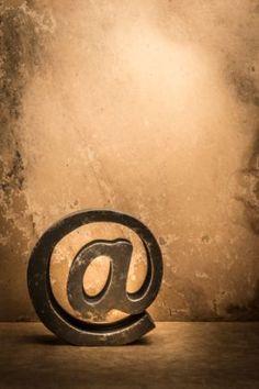 """En """"El lento viaje hacia las redes sociales"""" (El País, septiembre de 2013), David Fernández nos enseña que """"las empresas españolas del Ibex 35 usan la Web 2.0 sobre todo para fines comerciales […] La idea de la sociedad de la conversación no ha calado en las empresas del Ibex 35 […] Han sido muy pocos los diálogos detectados en el período estudiado, frente a un gran volumen de emisión de noticias, publicidad, promociones."""" Hugo Pardo Kuklinski • @Hugo_pardo Ibex, Lululemon Logo, David, September, Advertising, Social Networks, Voyage, News"""