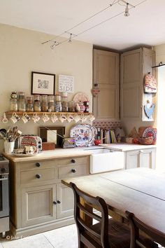 Traditional country kitchens are a design option that is often referred to as being timeless. Over the years, many people have found a traditional country kitchen design is just what they desire so they feel more at home in their kitchen. New Kitchen, Vintage Kitchen, Kitchen Dining, Kitchen Decor, Cosy Kitchen, Unfitted Kitchen, Kitchen Cabinetry, Kitchen Paint, Kitchen Ideas