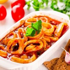 طريقة عمل أرز صيادية بالجمبري - وصفات طبخ - أطباق الأسماك وثمار البحر - Cucumber Cocktail, Macaroni And Cheese, Ethnic Recipes, Food, Tomato Sauce, Onion, Calamari, Vegetable Recipes, Food Items