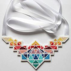 quappe / cross Peyote Beading, Beadwork, Beaded Jewelry Patterns, Tear, Jewerly, Creations, Cross Stitch, Chokers, Brooch