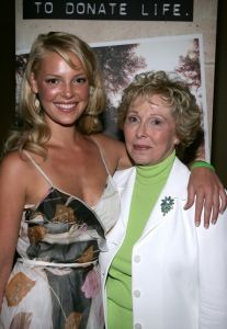 Katherine Heigl is a donor sister and supporter of #DonateLife. Can you spot her Donate Life Gear in this picture?