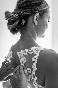 @larissasydekumphotography // getting ready // Brautvorbereitung // Brautschmuck // Hochzeit // Larissa Sydekum Photography // American wedding // Hochzeitskleid Pearl Earrings, Weddings, American, Photography, Fashion, Marriage Dress, Gowns, Ideas, Moda