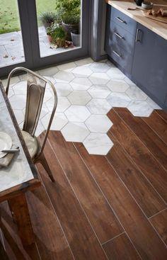 Les carreaux hexagonals en porcelaine sont pratiques devant cette porte patio et le mariage réussi avec une céramique imitation bois apporte un côté chaleureux à une cuisine étroite.