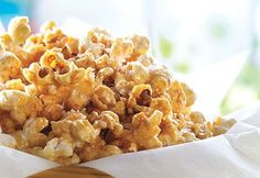 Recette Popcorn à l'érable et à la fleur de sel - Coup de Pouce Yummy Snacks, Healthy Snacks, Snack Recipes, Cooking Recipes, Yummy Food, Maple Fudge, Desserts Français, Christmas Snacks, Bread Cake