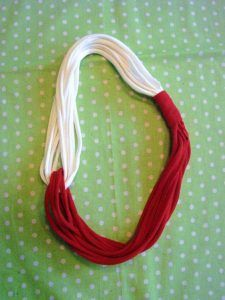 """T shirt yarn red/white necklace-maybe play around with lengths - asymmetrical?PICTURE ONLY - But it looks easy enough to make without """"pattern"""" Yarn Necklace, Fabric Necklace, T Shirt Necklace, Braided Necklace, Scarf Jewelry, Diy Scarf, Scarf Shirt, Shirt Scarves, Scarf Knots"""