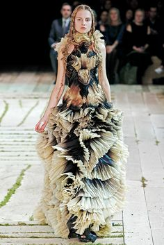 Alexander McQueen Spring 2011 Ready-to-Wear Fashion Show - Hanna Samokhina (MAJOR)