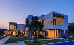 Boa noite com essa casa dos sonhos!!! #arquitetura #architecture #arquitectura #casa #housedesign #home #casadossonhos #dreamhome #luxuryhomes #fachada #facade #homeinspo #jardim #garden #paisagismo #iluminação #lightdesign #inspiração #inspiracion #inspiration by mood_arquitetura