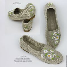 This Pin was discovered by Ros Crochet Slipper Boots, Crochet Shoes, Crochet Slippers, Diy Crochet, Crochet Clothes, Crochet Handles, Flip Flop Shoes, Diy For Girls, Sock Shoes