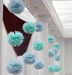 pompon papier de soie en bleu et vert, magnifiques guirlandes de fleurs DIY pour décorer une salle de mariage
