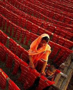 traditionally dyed fabrics drying naturally in the sun We Are The World, People Around The World, Around The Worlds, India Colors, Colours, Taj Mahal India, Red Aesthetic, Indian Aesthetic, Art Texture
