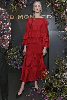 Alerta Fashion Week - NY Feminino - Os tons de vermelho sempre ganham destaque, principalmente nas coleções de Inverno. Nesta temporada, a aposta é pela versão mais vibrante da cor, que foi escolhida por diversas marcas, tanto em propostas casuais como sociais. Imagem: Club Monaco