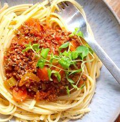Pasta med kødsovs - nem og børnevenlig opskrift - Madens Verden Nutella, Spaghetti, Pizza, Meat, Ethnic Recipes, Karry, Bolognese, Creative, Noodle