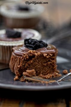 Mini cheesecakes chocolate with dried plums and rum I Love Chocolate, Chocolate Treats, Mini Chocolate Cheesecake, Cheesecake Pie, Dried Prunes, Rum, Mini Cheesecakes, Food Cakes, Sweet Cakes