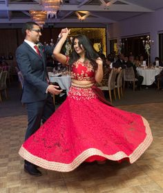 A Sri Lankan Wedding in Sydney, Australia showing Abirami and Dilshan dancing at reception // Photo by Splendid Photo & Video Indian Wedding Couple, Wedding Couples, Buddhist Wedding, Sri Lankan Bride, Srilankan Wedding, Hindu Bride, Sydney Wedding, Bridal Outfits, Elegant