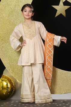 MominaIslam has displayed all the Top Pakistani brands latest collection Chiffon ,embroidered, printed & Cotton Dresses with ncew bridal collection. Girls Dresses Sewing, Cute Girl Dresses, Frocks For Girls, Little Girl Dresses, Simple Dresses, Baby Girl Dress Design, Baby Girl Dress Patterns, Pakistani Kids Dresses, Pakistani Dress Design