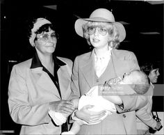 Kim Gibb left for United States this afternoon from Mascot airport on a Pan Am flight. Kim Gibb with her baby girl Peta and her mother, Mrs. Get premium, high resolution news photos at Getty Images Andy Gibb, Peta, Les Bee Gees, Robin, All About Time, Joker, United States, Guys, Celebrities