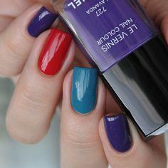 Вчера я наслаждались таким вот трио #Chanel #635 #707 #727 Все три прекрасны #тегсообществанейлру #маникюрныйинстаграм #nailru #nail_ru #manicure #nails #expression и #mediterranee на фото в 2 сложно топом, #lavanda - в три, но при этом мне именно она больше всего по душе И по-моему этот маникюр прекрасно подходит для #ufapolishweek #контрастvsгармония