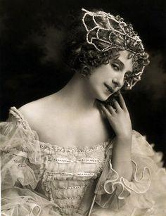 earwigbiscuits:    Anna Pavlova, 1915