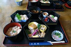 I've been asked quite a few times to explain and give examples of Kaiseki (Kaiseki Ryōri), a tradional form of Japanese Cuisine. Here is a mini series that I hope will help friends to at leas… Japanese Dinner, Japanese Food, Traditional Japanese, Course Meal, Kyoto, Asian Recipes, Good Food, Food And Drink, Meals