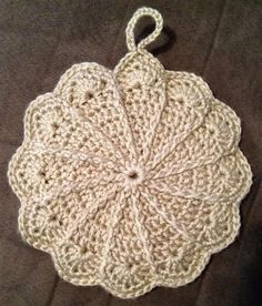 Pretty scalloped potholder - free pattern link http://web.archive.org/web/20011228070554/members.aol.com/lffunt/scallph.htm   . . . .   ღTrish W ~ http://www.pinterest.com/trishw/  . . . .  #crochet