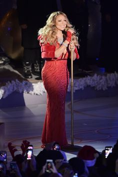 Mariah Carey performs at the annual Rockefeller Christmas Tree Lighting Ceremony at Rockefeller Center on December 2014 in New York City. (Photo by Michael Loccisano/Getty Images) Celebrity Look, Celebrity Photos, Mariah Carey Christmas, Maria Carey, Mariah Carey Pictures, Jennifer Aniston Style, Look At The Stars, Jazz Festival, Tree Lighting