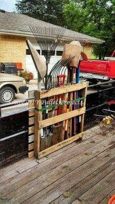 Shed DIY - Shed Plans - Rangement doutils de jardin en palette Now You Can Build ANY Shed In A Weekend Even If Youve Zero Woodworking Experience! Now You Can Build ANY Shed In A Weekend Even If You've Zero Woodworking Experience!Build a shed on a weekend Diy Pallet Projects, Woodworking Projects Diy, Garden Projects, Garden Ideas, Pallet Tool, Backyard Pallet Ideas, Pallet Fence, Pallet Crafts, Woodworking Tools