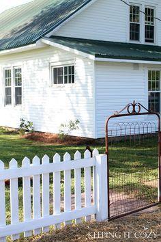 Exterior Cottage Colors Country Picket Fences 42 New Ideas Vintage Farmhouse, White Farmhouse, Modern Farmhouse, Farmhouse Style, Farmhouse Landscaping, Farmhouse Garden, Farmhouse Bed, Modern Landscaping, Farmhouse Plans