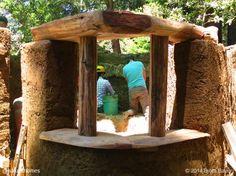 Un vistazo a cómo construir una casa de campo de cob (arcilla,arena y paja) desde los cimientos hasta el techo