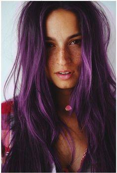 O puedes usarlo sin maquillaje para un look más natural. | 18 Razones por las que deberías teñirte el cabello de morado