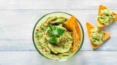 Guacamole is a true crowdpleaser—but is it good for you? Here's what nutrition experts say about whether the beloved avocado dip is healthy. Salsa Guacamole, Homemade Guacamole, Healthy Fats, Healthy Snacks, Healthy Eating, Nacho Dip, Avocado Health Benefits, Avocado Dip, Salads