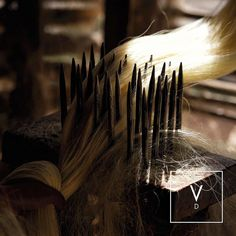 [ Brush Away! ] Continuing with our handcrafted process: In this photo the natural fibers that have already been extracted and dried are brushed between these metal spikes to be detangled before being colored. #VerdiDesign #OurProcess #WeavingIntoNature #Metal #Rugs #Copper #Handmade #MadeInColombia #Handcrafted #Metallic #Carpet #Textiles #Weaves #Bespoke #BespokeRug #Design #Interior #InteriorDesign #Art #Architecture #InteriorArchitecture #Colombia