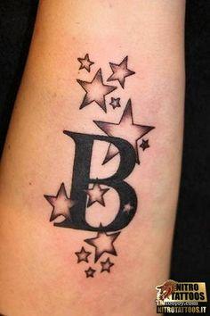 Tattoo lettera con stelle