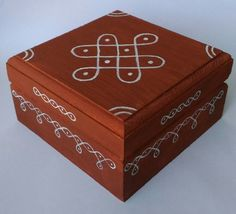 wooden box/ hand painted wooden box/ endless knot kolam/ kolam/ keepsake box/ wooden keepsake box/ p New Rangoli Designs, Rangoli Patterns, Rangoli Ideas, Easy Rangoli, Painted Wooden Boxes, Painted Pots, Hand Painted, Wooden Keepsake Box, Keepsake Boxes