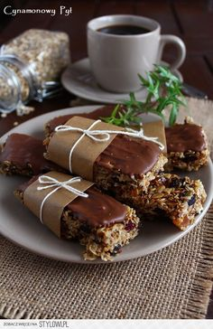 Batoniki owsiano-sezamowe z czekoladą ( bez pieczenia )… na Stylowi.pl Polish Desserts, Polish Recipes, Cookie Recipes, Dessert Recipes, Fast Healthy Meals, Tasty, Yummy Food, Gluten Free Desserts, Yummy Cookies