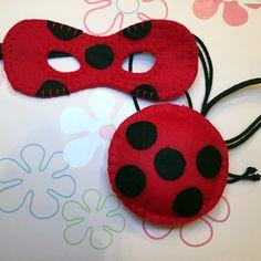 Kit Artesanal Miraculous Ladybug 2 - máscara e ioio confeccionados em feltro. A máscara tem 16 cm de comprimento (pode ser confeccionada em outro tamanho) com elástico. A bolsa tem 15 cm de diâmetro. Podem ocorrer pequenas variações na cor do feltro e do elástico. Acima de 5 produtos,...