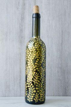 bricolage adulte une idée de dessiner une bouteille de vin avec des motifs floraux