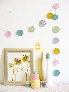 ■ガーランド 小さめのドイリーを紐でつなげてガーランドにするアイディア。カラフルな色の組み合せが素敵です。