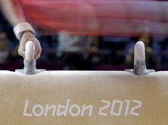 Las manos de un gimnasta, mientras gira sobre el potro.  Julie Jacobson (AP)