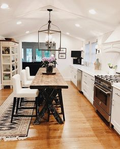 Kitchen decor | Rustic farmhouse kitchen | Kitchen island | Industrial kitchen design | Kitchen inspiration