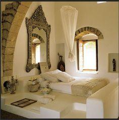 窓の上の石。白基調のモロッコインテリア。