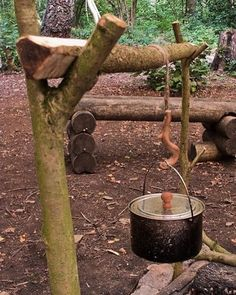 """A French Windlass (literally translated from French meaning """"winch"""") is a campfire cooking rig to suspend a pot or kettle over a fire with more control. ⛺️ Excellent craftsmanship by http://www.ravenlore.co.uk/html/hang_up_your_billy.html #Survival..."""