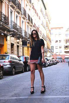 trendy-taste-look-outfit-street-style-ootd-blog-blogger-fashion-spain-moda-españa-falda-etnica-ethnic-print-skirt-steve-madden-basic-tee-dior-black-negro-10