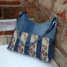 Dzob gobelínka 2 RABAIS / Vendeur & jarama - sewing - totes and bags - Fashion Handbag Patterns, Bag Patterns To Sew, Patchwork Bags, Quilted Bag, Jean Purses, Purses And Bags, Denim Handbags, Denim Purse, Denim Crafts