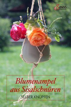 Man nehme eine schöne Vase, die Lieblingsblumen oder -pflanze und eine lange Sisalschnur. Ein Knoten hier, ein Knoten da, und schon ist die dekorative Blumenampel gemacht. Wir zeigen wie es geht – mit Video-Anleitung. #blumenampelselbermachen #blumenampel ##basteln #selbstgemacht #servus #servusmagazin #servusinstadtundland #dekoideen #dekoliebe #dekoration #wohnungseinrichtung #wohnenunddekorieren #handarbeit Sisal, Vase, Christmas Ornaments, Holiday Decor, Crafting, Apartment Interior, Natural Materials, Knots, Decorating Ideas