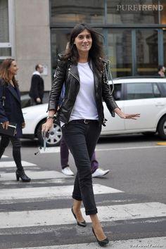 La rédactrice du Vogue français Emmanuelle Alt affiche un look décontracté mais chic : un perf' en cuir à épaulettes, un t-shirt blanc et un pantalon noir.