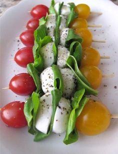 赤と黄色のプチトマトの間に、サラダ菜またはバジルとモッツアレラチーズを交互にはさんで刺します。オリーブオイル&塩&ペッパーをかけて、めしあがれ。